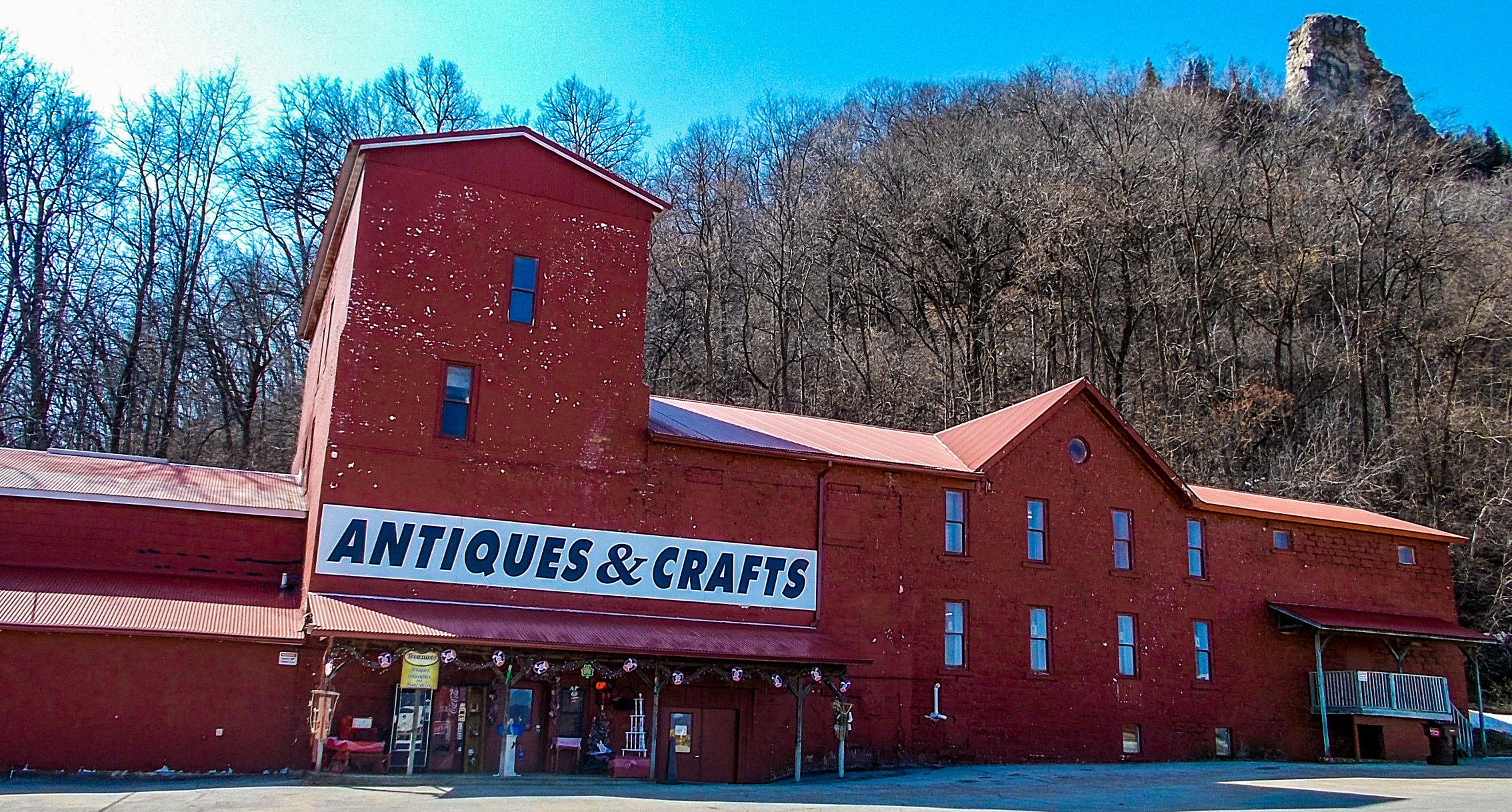 treasures-outside-march-cropped-treasures-under-sugar-loaf-winona-minnesota-antiques-collectibles-crafts